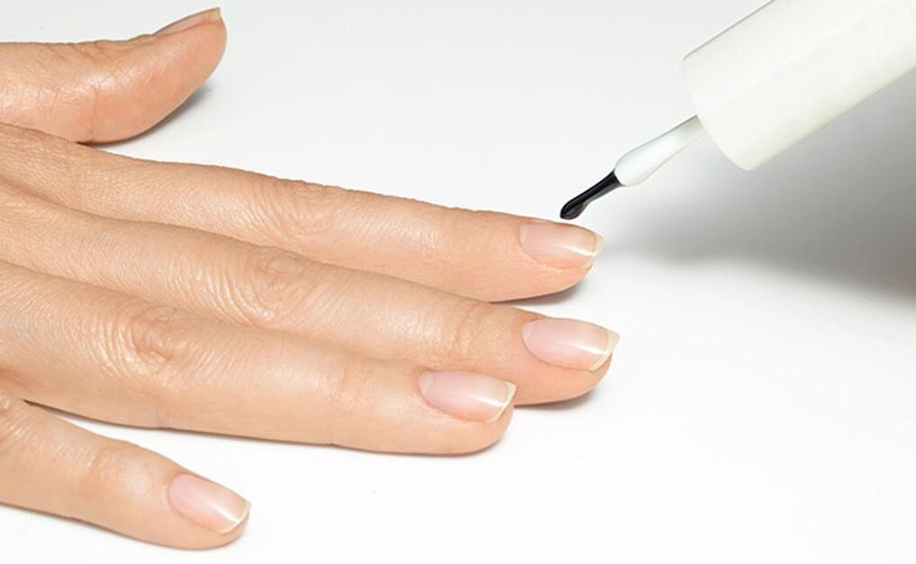 Нанесение базы на ногтевую пластину